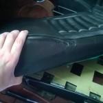 Zitting verwijderen door drukknoopjes voor en achter los te maken.